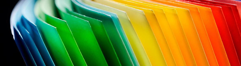 Bildet viser papir i alle regnbuens farger.
