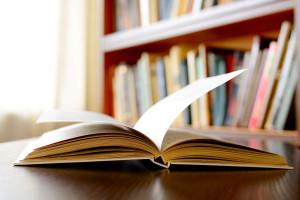 Bilde viser en ferdigtrykket bok som ligger på et bord.