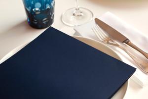 Bilde viser en meny på et bord inne på en resturant eller et spisested