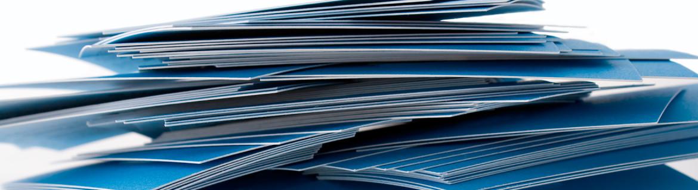 Bilde viser en haug med visitkort som akkurat er kommet fra trykk.