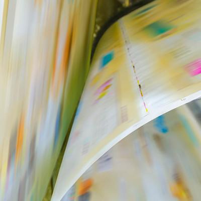 Bilde viser plakater som går i stor fart gjennom en offsetttrykkpresse.